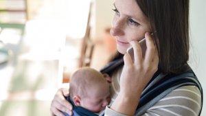 Moeder met baby aan de telefoon