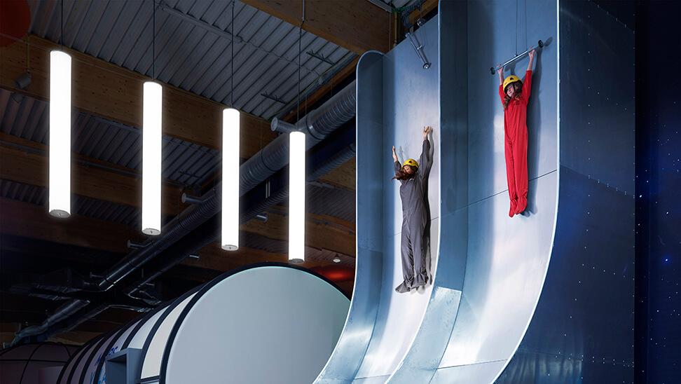 2 kinderen op de free fall slide