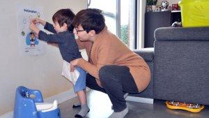 Zoontje plakt samen met mama stickers op de potjesplan