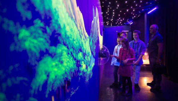 Kinder aan intercatieve wand in Eurospace