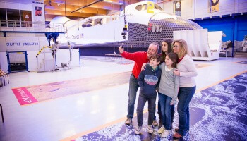 Gezin maakt selfie Euro Space Center