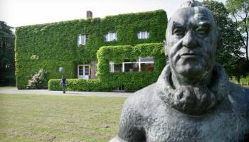 zicht op Permekemuseum Jabbeke en beeldhouwwerk in tuin