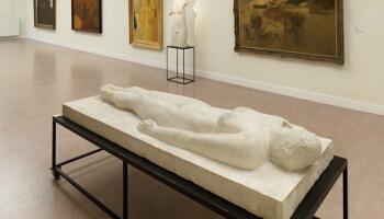 liggend beeldhouwwerk in Permekemuseum