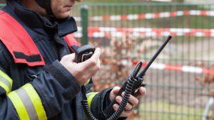 Simulatieoefening crisis brandweerman met walkie talkie