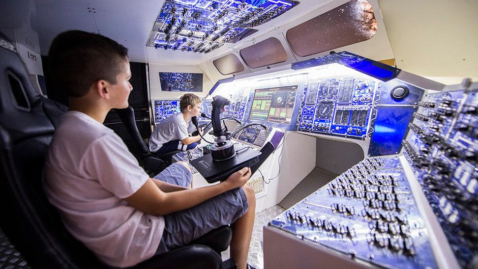 2 jongens in de cockpit van een raket