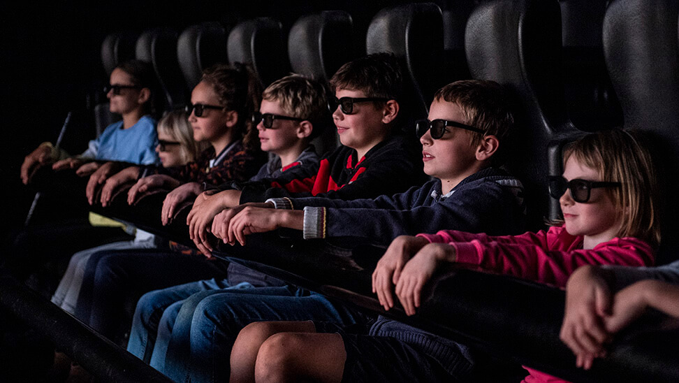 Kinderen met een 3D-bril in het Euro Space Center