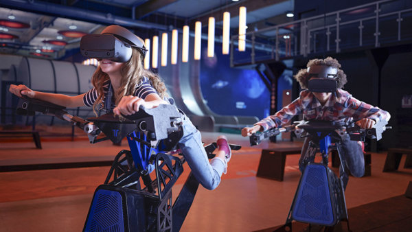 Jongen en meisje met VR-bril in het Euro Space Center