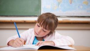 Meisje geconcentreerd aan het schrijven