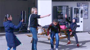 Brigitte Vermeersch speelt hinkspel met kinderen