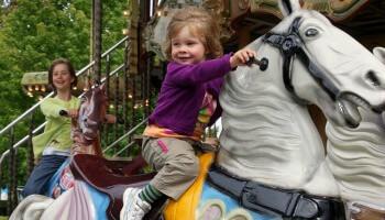 meisje op carrousel