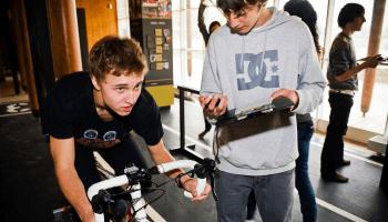 jongere meet zijn resultaten op sportfiets
