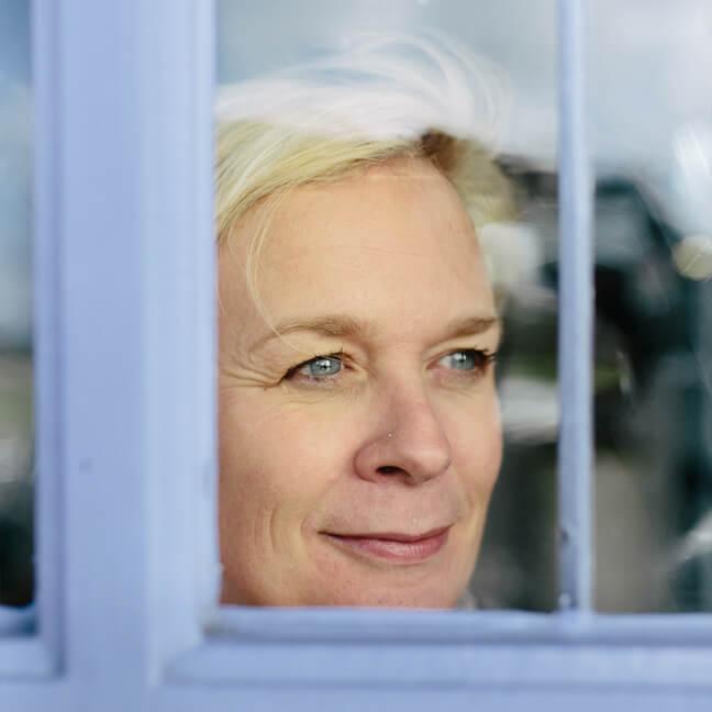 directeur Ann Daelemans kijkt door raam
