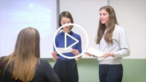Meisjes geven een spreekbeurt