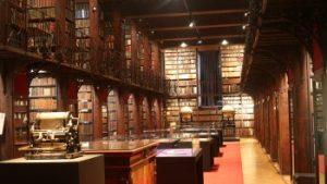 Een centrale gang omringd door boekenkasten