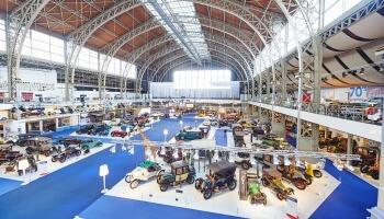 expo van auto's in grote zaal