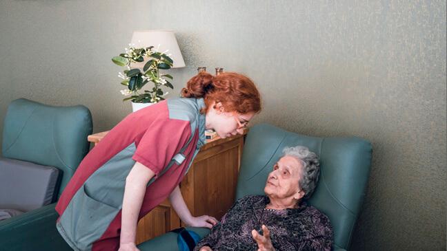 leerling Elisabeth ontfermt zich over een bejaarde dame
