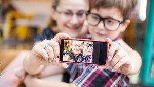 Jongen en vrouw nemen selfie