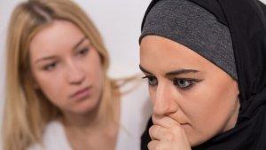 vrouw probeert te spreek met moslima