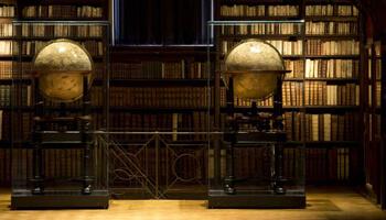 2 oude wereldbollen omringd door boekenkasten