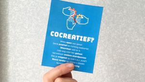cocreatie: hand met cocreatiekaartje