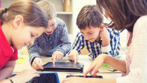 Kinderen werken op ipad, dicht de school de dicht digitale kloof