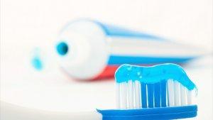 tube tandpasta en tandenborstel