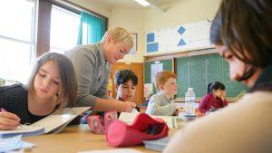 juffrouw in de klas met leerlingen