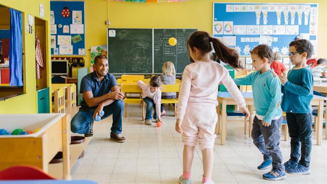 leerkracht Mathew in de klas