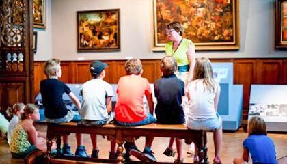 kinderen met een gids in het Museum Mayer van den Bergh