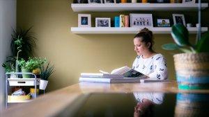 Beste Leraar Nederlands 2017 Tamara Stojakovic leest boek aan tafel