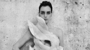 fotomodel met creatie van Olivier Theyskens