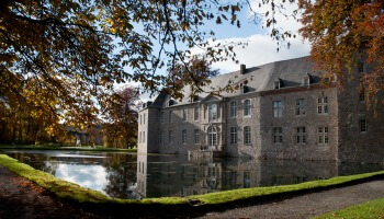 kasteel van Annevoie aan een vijver