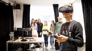 onderwijsvernieuwing: leerling met virtualreality-bril