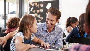 Leerkracht aan het luisteren naar leerlinge