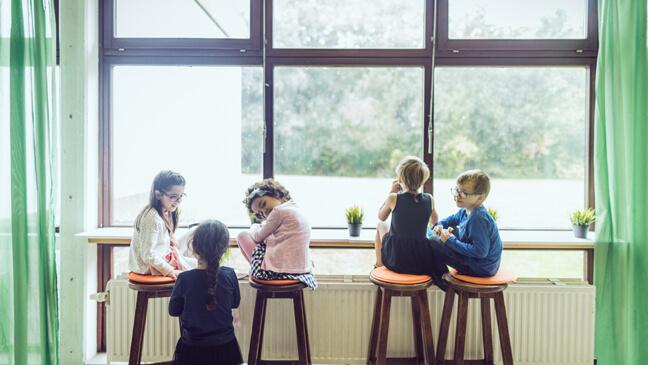 leerlingen tijdens de middagpauze in de refter