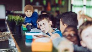 leerlingen tijdens middagpauze in de refter