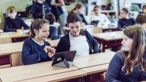leerlingen in de klas met tablet
