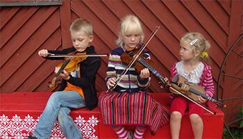 kindjes spelen op instrumenten
