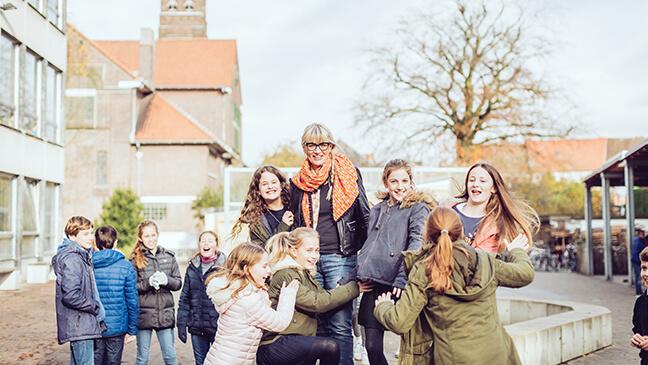 directeur Els Decocker met leerlingen
