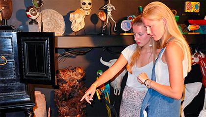 bezoekers in het Museum L