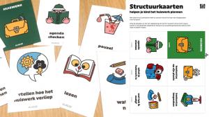 Structuurkaarten voor huiswerk verdeelt op een tafel