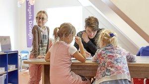 leraar en kindjes in kindcentra