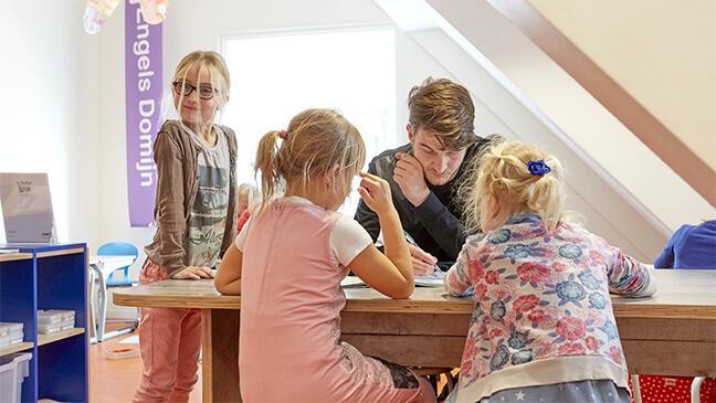leraar en kinderen in kindcentra