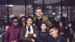polarisering: Didier Veeckman met leerlingen op de speelplaats