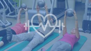 mensen die liggend fitnessen met bal