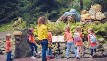 Kinderen in het sprookjesbos van de Efteling