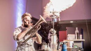 Man spuwt vuur met trompet in Technopolis