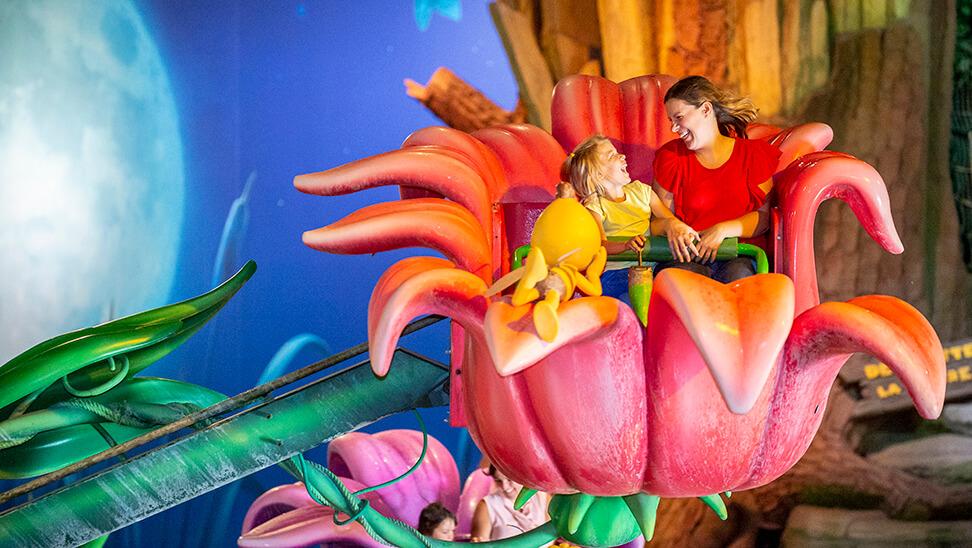 Meisje en moeder op attractie in Plopsaland