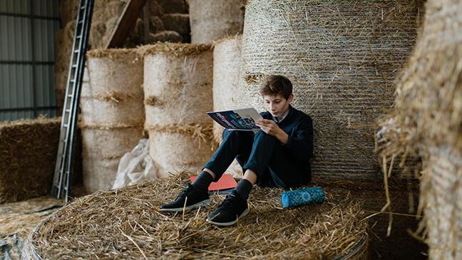 jongen op boerderij