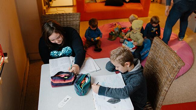 leerlingen maken huiswerk in crèche